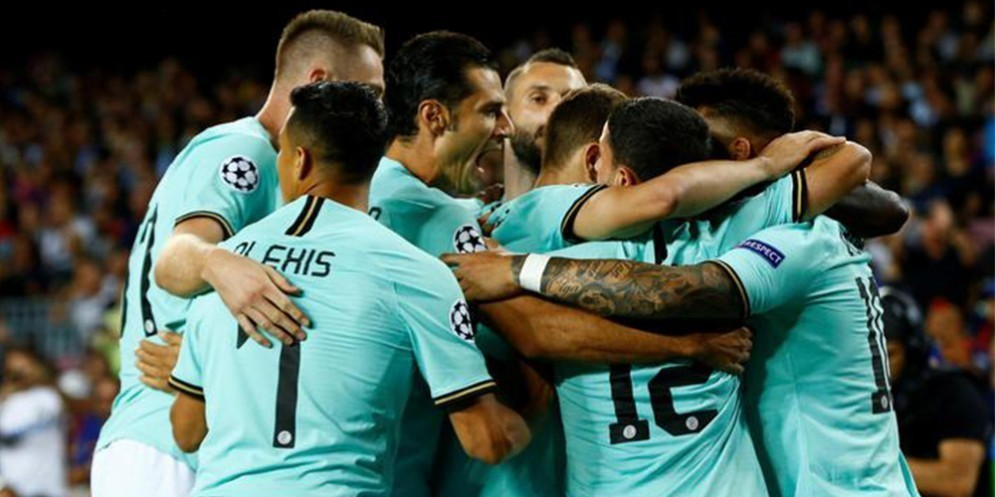 L'esultanza dei giocatori dell'Inter dopo il goal al Barcellona