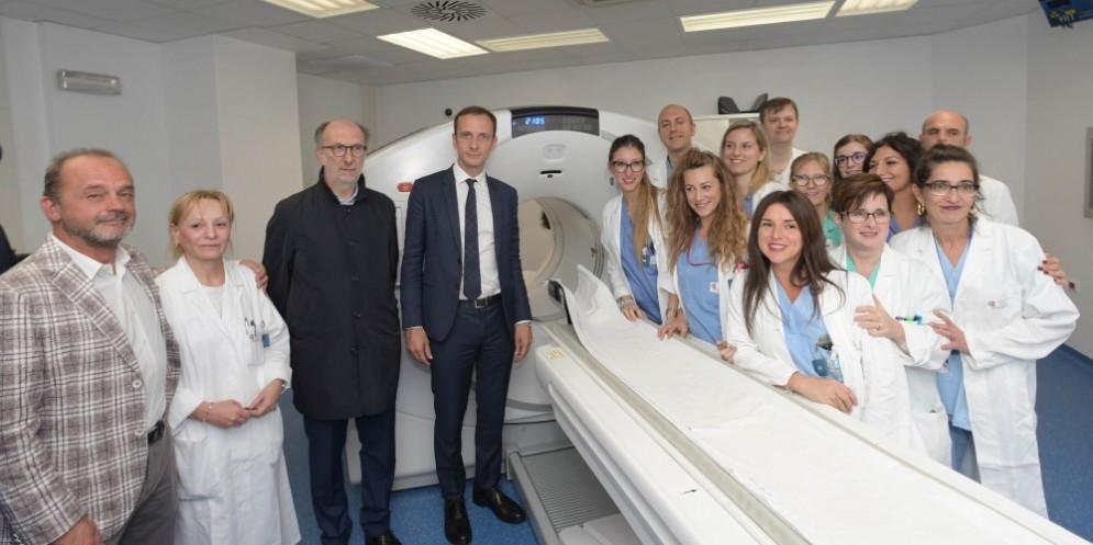 Il Presidente Fedriga con l'Assessore Riccardi con l'equipe dell'Ospedale Cattinara di Trieste