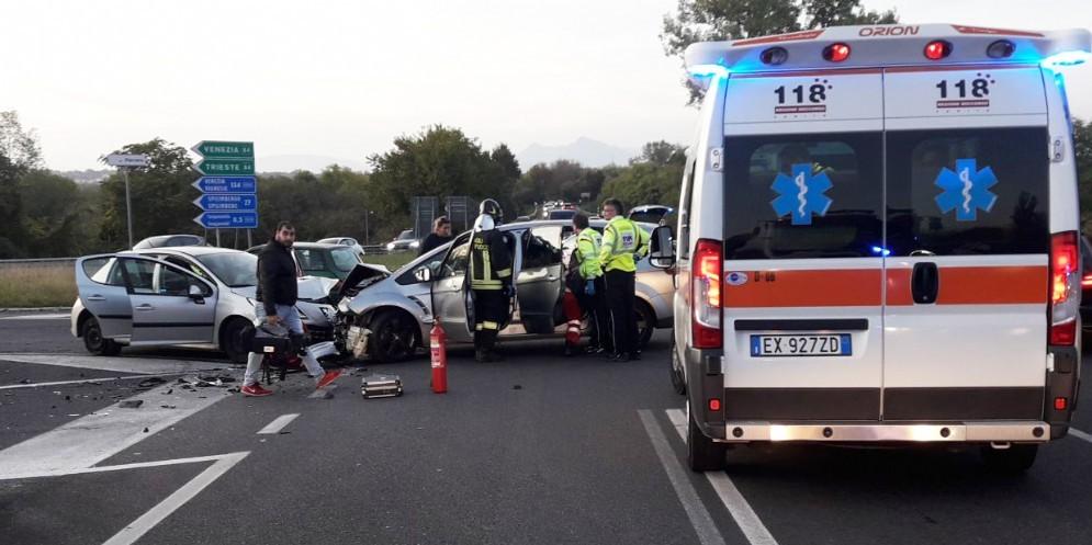 Scontro tra due auto all'imbocco della tangenziale: 3 persone ferite