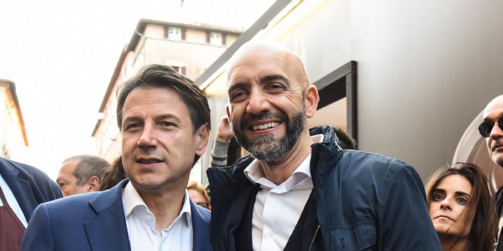Il premier Giuseppe Conte (S) insieme al candidato del centro sinistra alleanza PD-5stelle, Vincenzo Bianconi, a Perugia