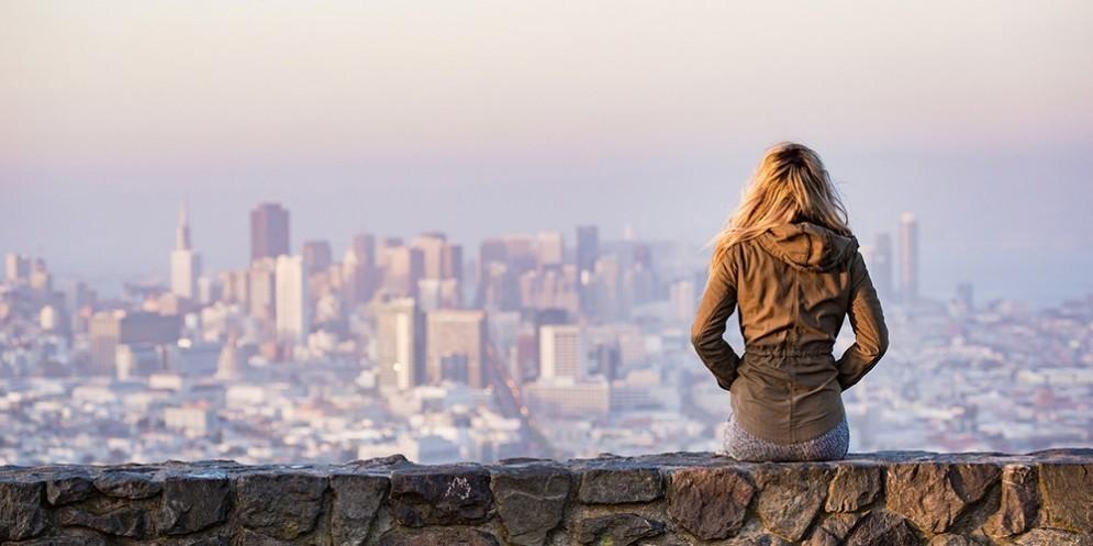 Viaggiare in sicurezza, una ragazza seduta su un muro