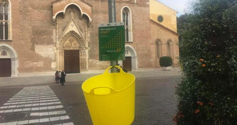 Strani oggetti gialli appaiono nel centro storico di Udine