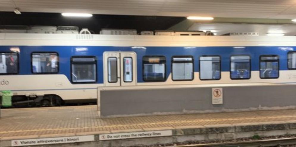 Treno in ritardo, i pendolari se la prendono con il capotreno che si sente male