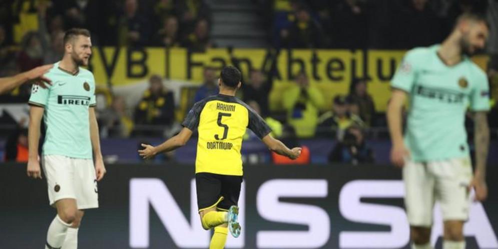 L'esultanza di Hakimi dopo il goal del 3-2 del Borussia Dortmund all'Inter
