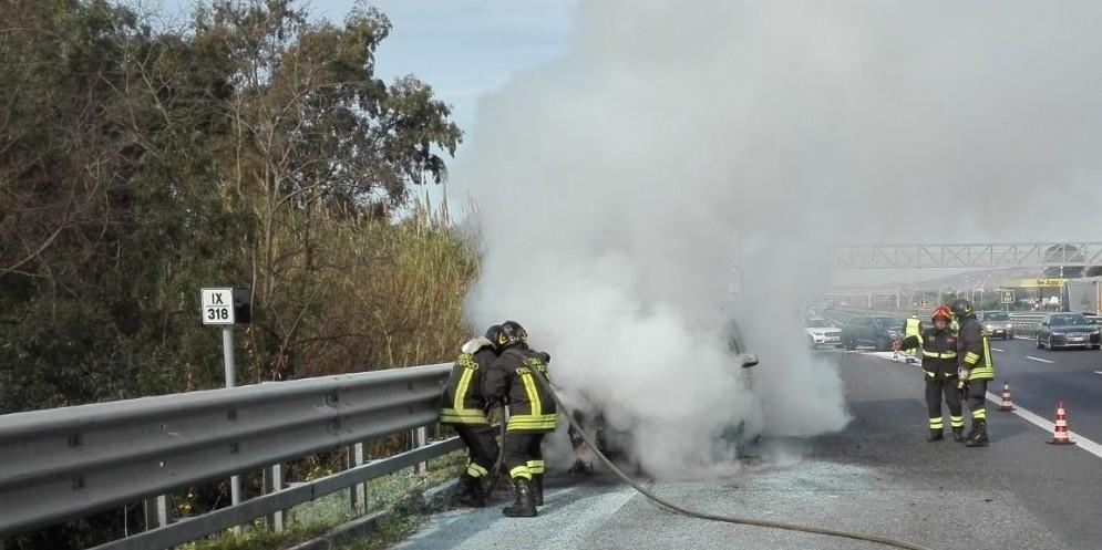Auto a fuoco in autostrada: chiusa la A4 tra Latisana e San Giorgio di Nogaro