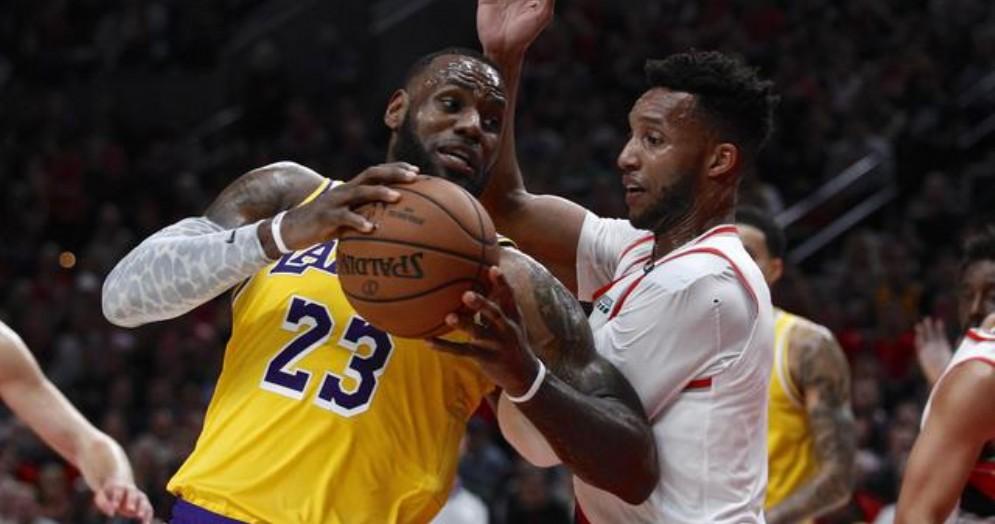 LeBron James con la maglia dei Lakers