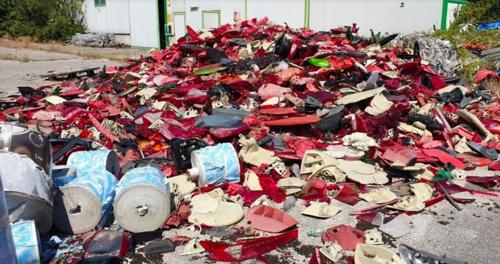 I Forestali Fvg scovano una discarica di materiali plastici abbandonati