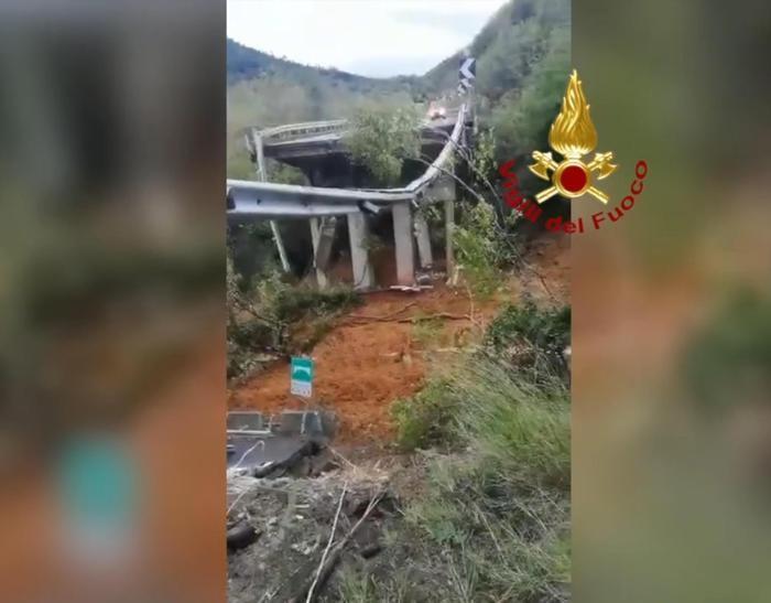 Il ponte crollato ripreso dall'elicottero dei Vigili del Fuoco