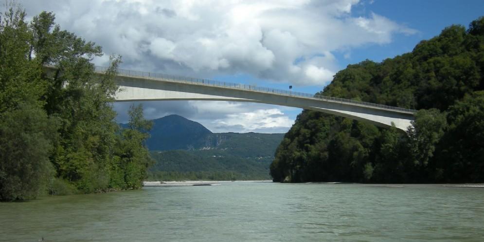 Ragazzo di 26 anni trovato senza vita sotto il ponte di Pinzano