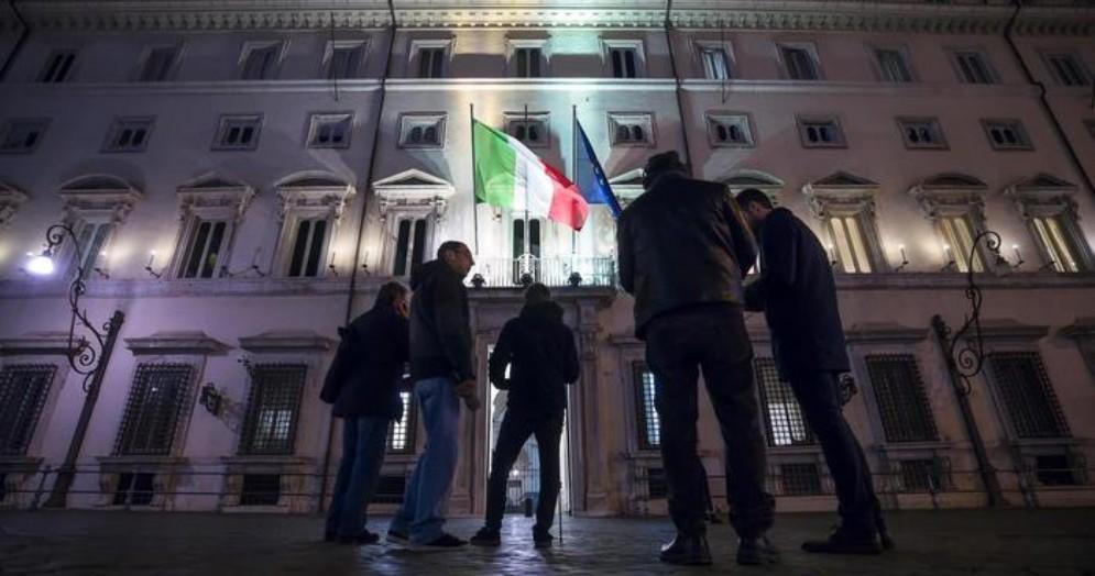 Giornalisti attendono fuori palazzo Chigi il vertice di Governo