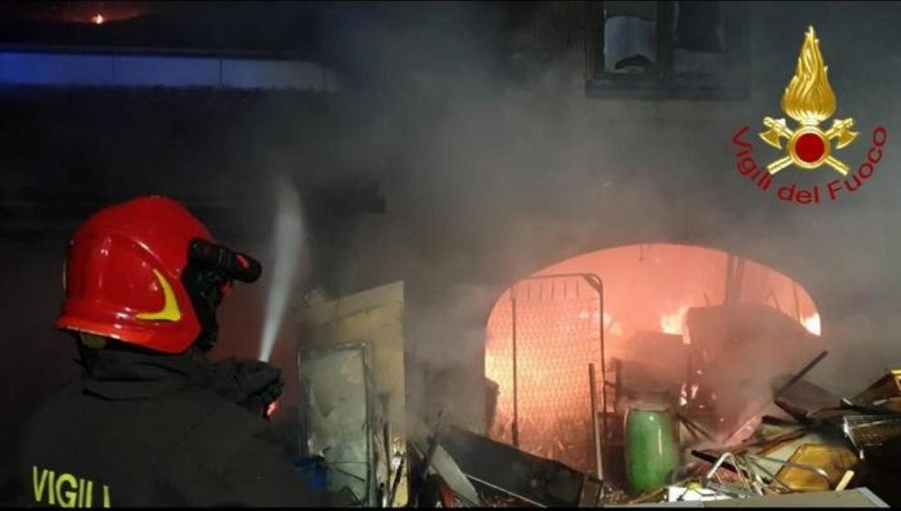 In fiamme una casetta a Rabuiese: intervento nel notte dei Vigili del Fuoco