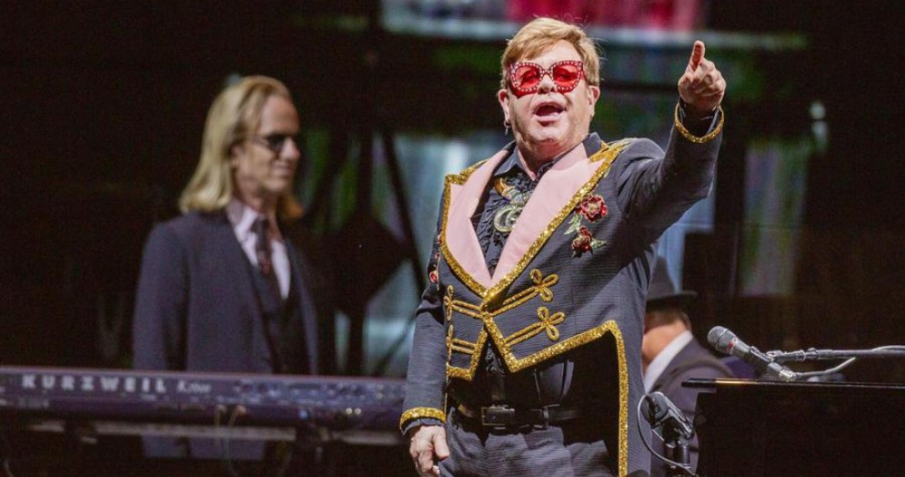Elton John durante un concerto