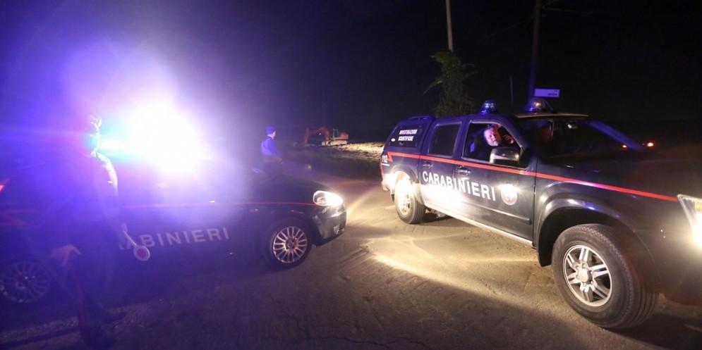 Punta un fucile contro un altro uomo all'esterno di un bar: scene da Far West a San Daniele