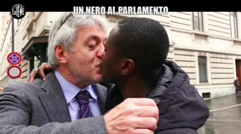 Tondo e il bacio antirazzista trasmesso da «Le Iene»