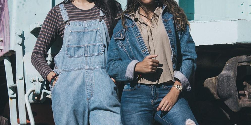 Una ragazza indossa la salopette di jeans