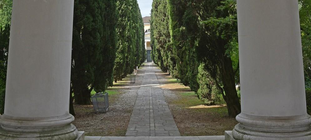Tomba profanata nel cimitero monumentale di San Vito