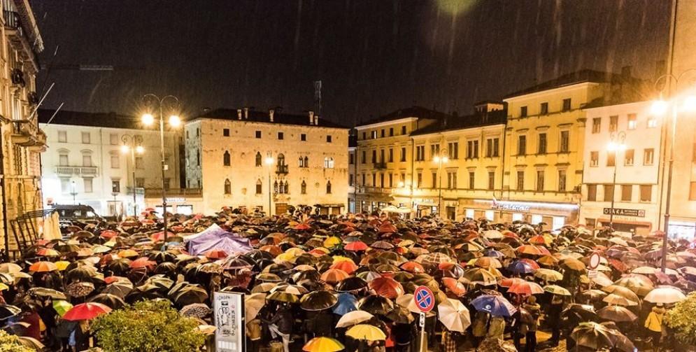 Le «sardine» sfidano la pioggia e riempiono piazza XX Settembre