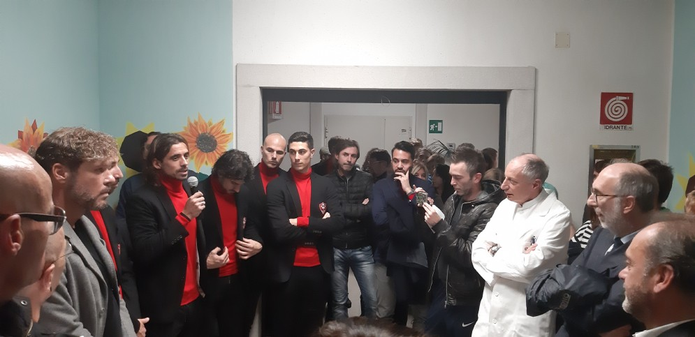 I giocatori della Triestina all'ospedale Maggiore di Trieste per l'inaugurazione della Sala Unione nel reparto di Geriatria