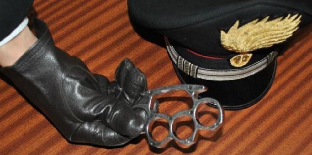 Studente con un tirapugni a scuola: intervengono i carabinieri