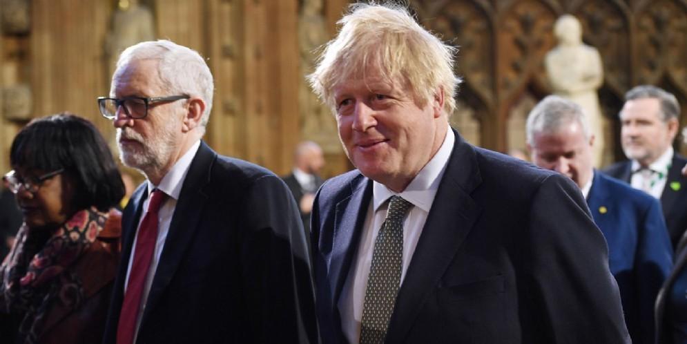 Il Premier britannico, Boris Johnson con il leader dell'opposizione, Jeremy Corbyn