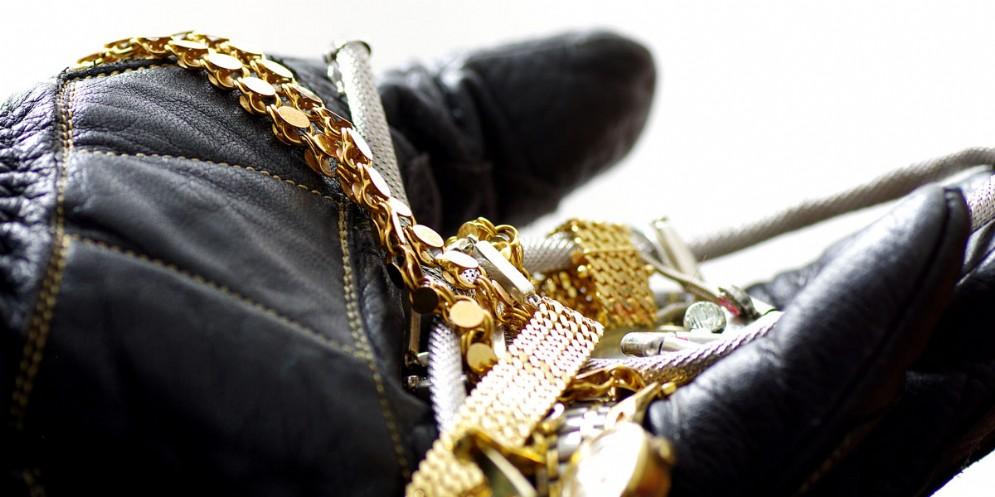 Maxi furto in via Codroipo: rubati preziosi e contanti per 50 mila euro