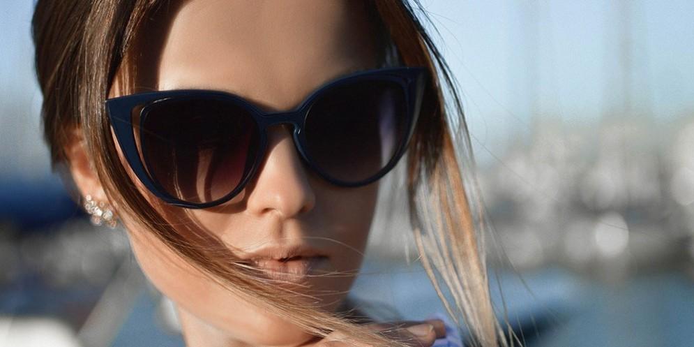 Una ragazza indossa un paio di occhiali da sole