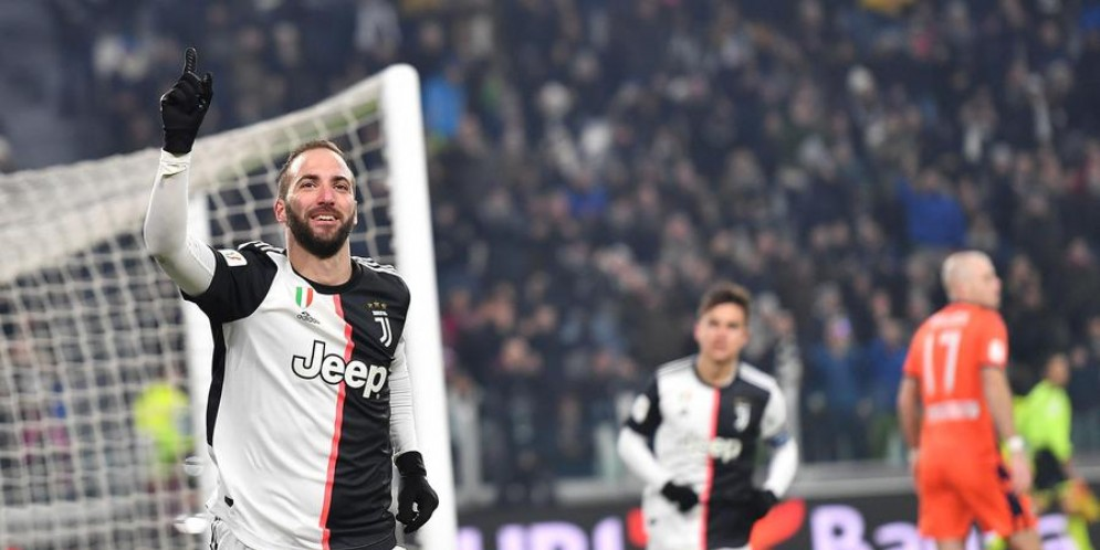 Gonzalo Highuain esulta dopo il goal all'Udinese in Coppa Italia