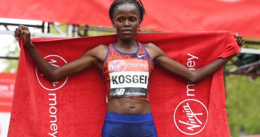 Brigid Kosgei, ha polverizzato il record mondiale della maratona femminile con le Nike Vaporfly