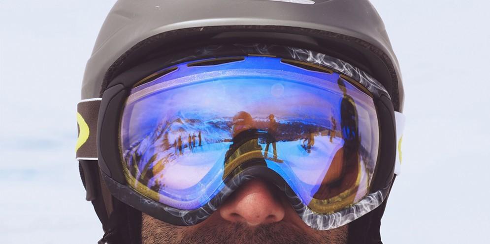 Uno sciatore con la maschera da sci