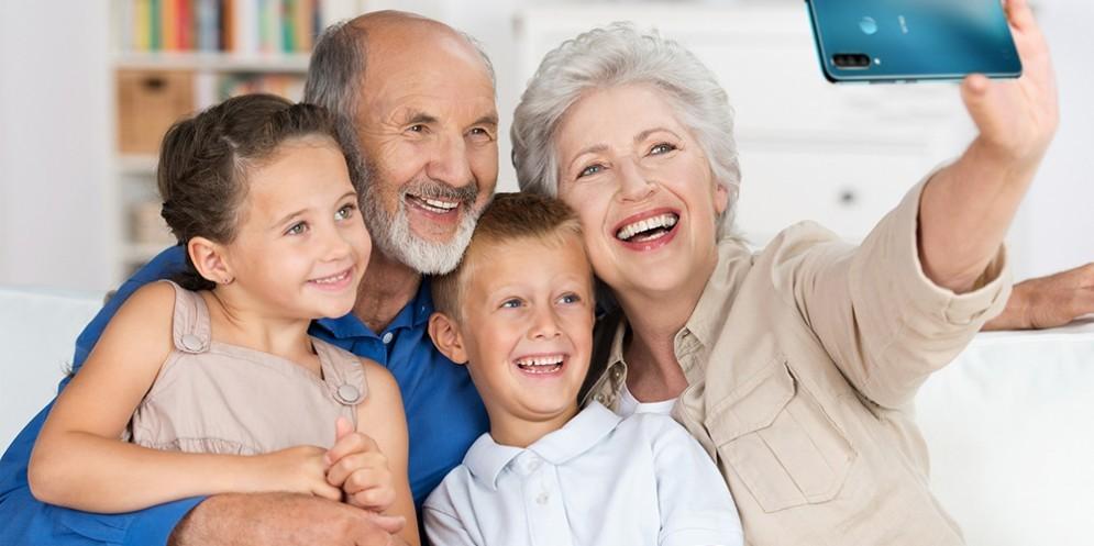 Una famiglia mentre si fa una foto con lo smartphone