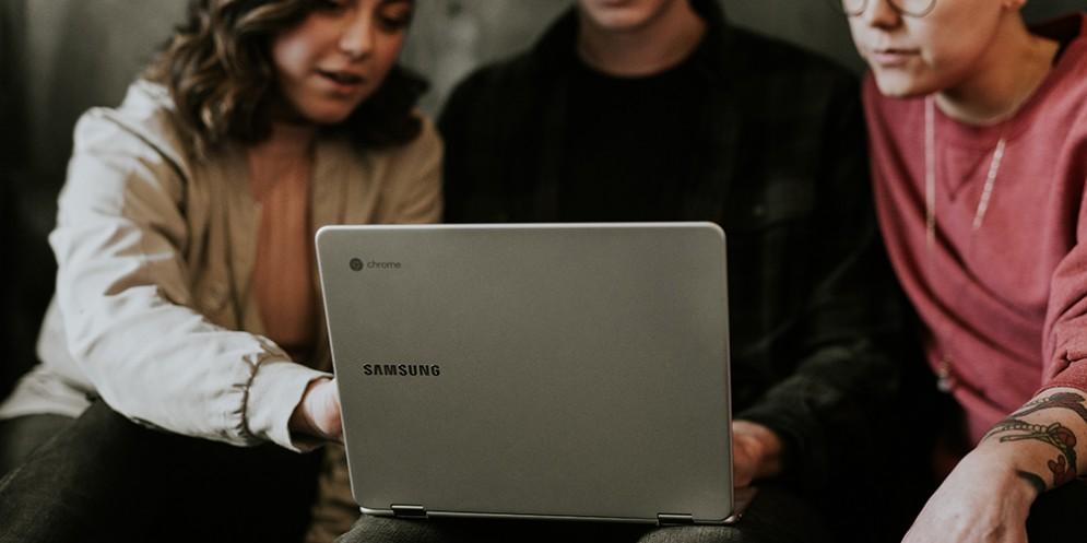 Tre ragazzi che usano un laptop