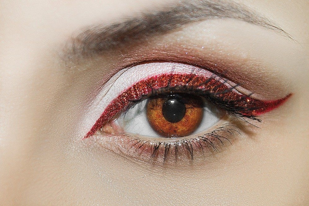 Enfatizzare lo sguardo con matita o eyeliner
