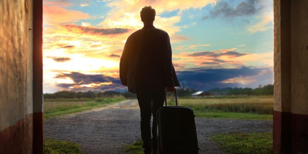 Un ragazzo con la valigia