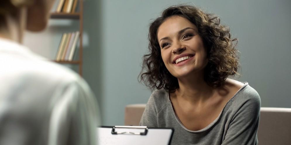 Una donna in seduta dalla psicologa
