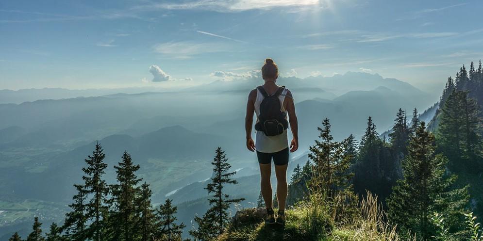Una ragazza in una escursione in montagna
