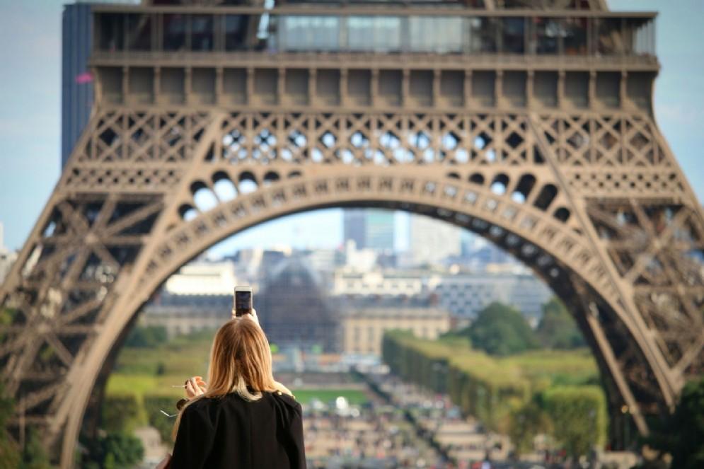 Una ragazza davanti alla Tour Eiffel