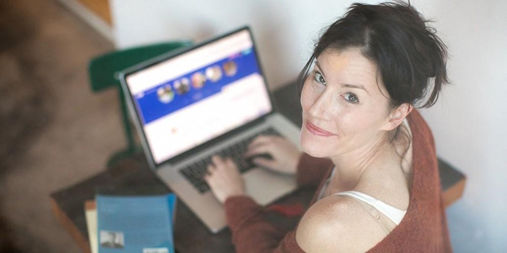 Una ragazza mentre chatta al computer