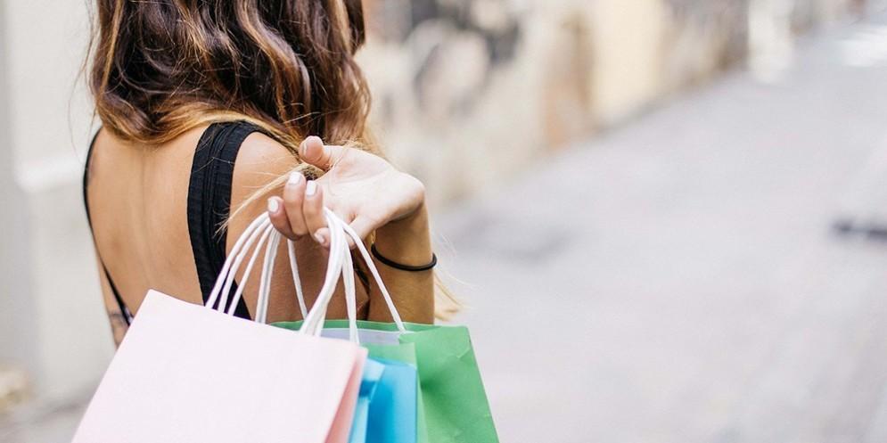 Una ragazza mentre fa shopping