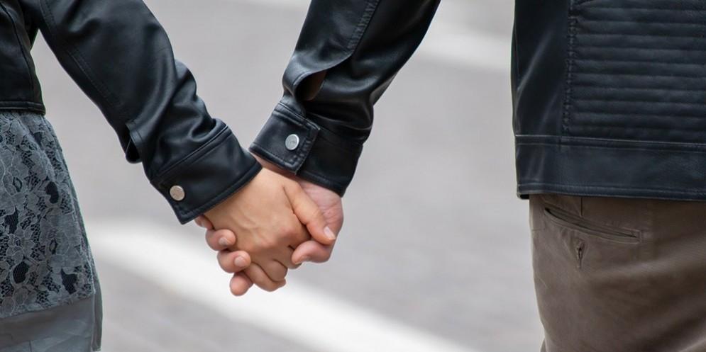 Una coppia che si tiene per mano