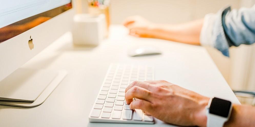 Una persona mentre usa il mac