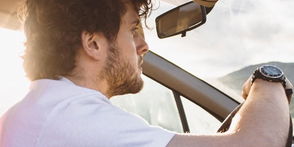 Un uomo alla guida