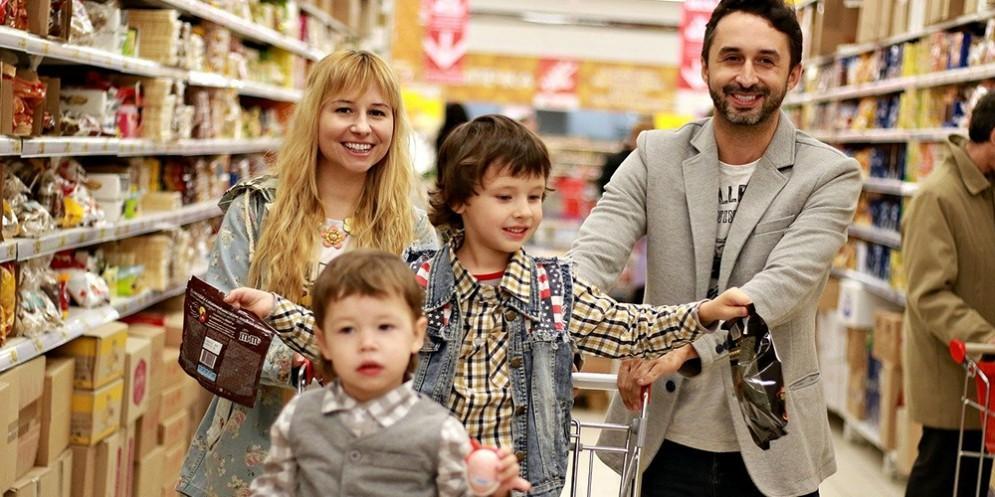 Una famiglia mentre fa la spesa