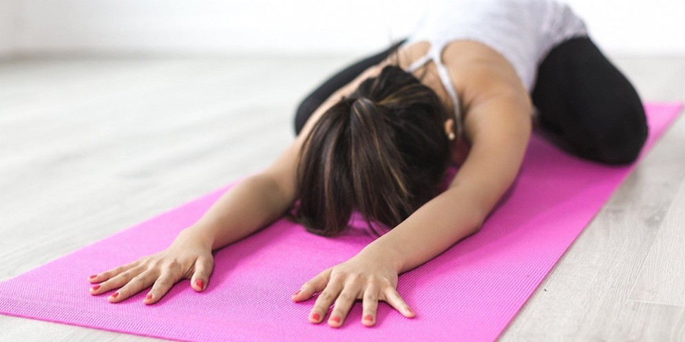 Una ragazza mentre fa yoga