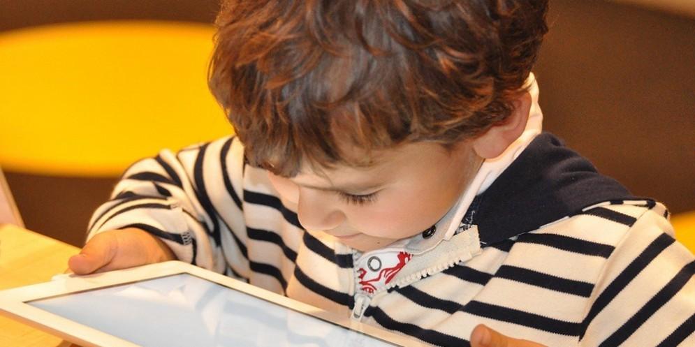 Un bambino con l'iPad