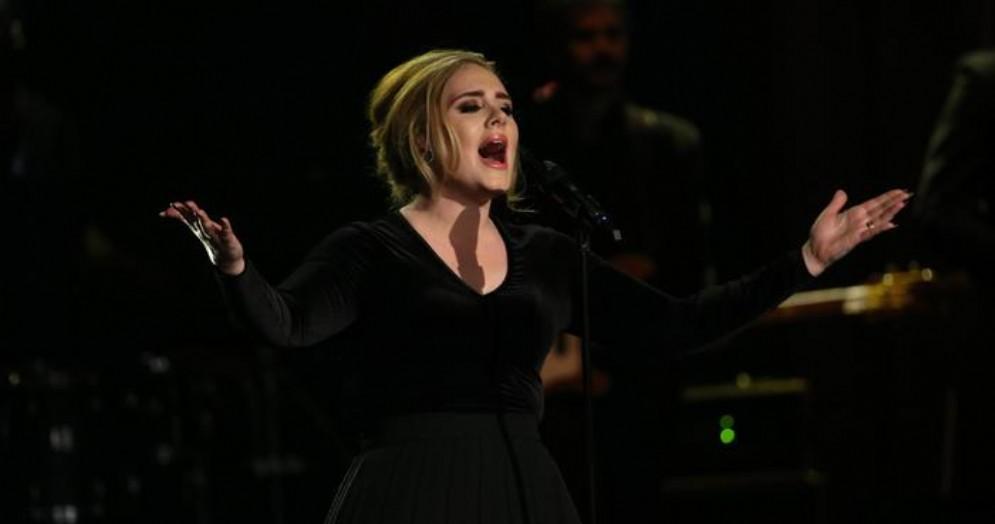 Il nuovo album di Adele potrebbe slittare al 2021