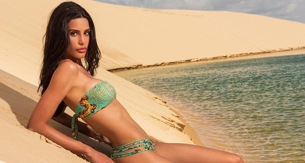 Giovane ragazza in bikini in riva al mare
