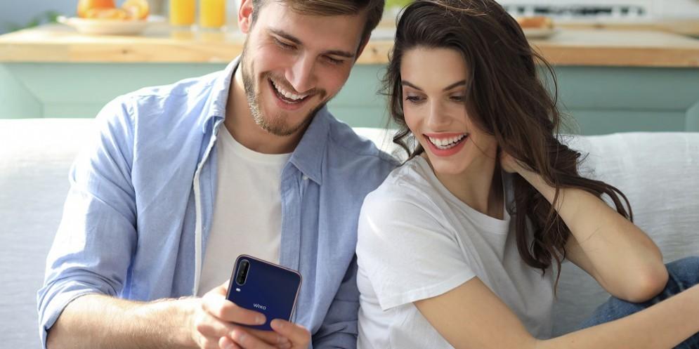 Una coppia con lo smartphone