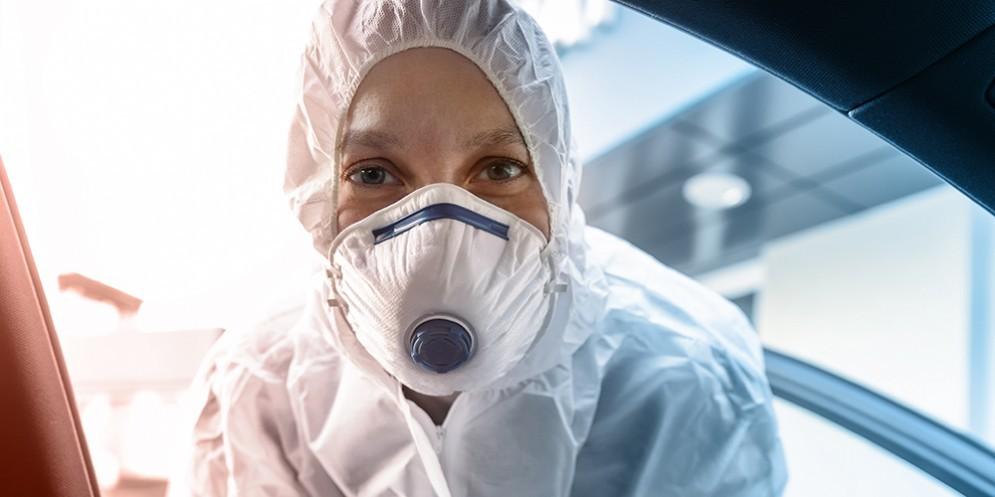 Una infermiera con i dispositivi di sicurezza per COVID-19