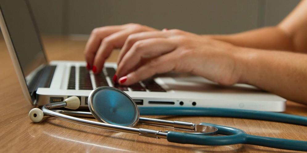 Un dottore in videoconferenza