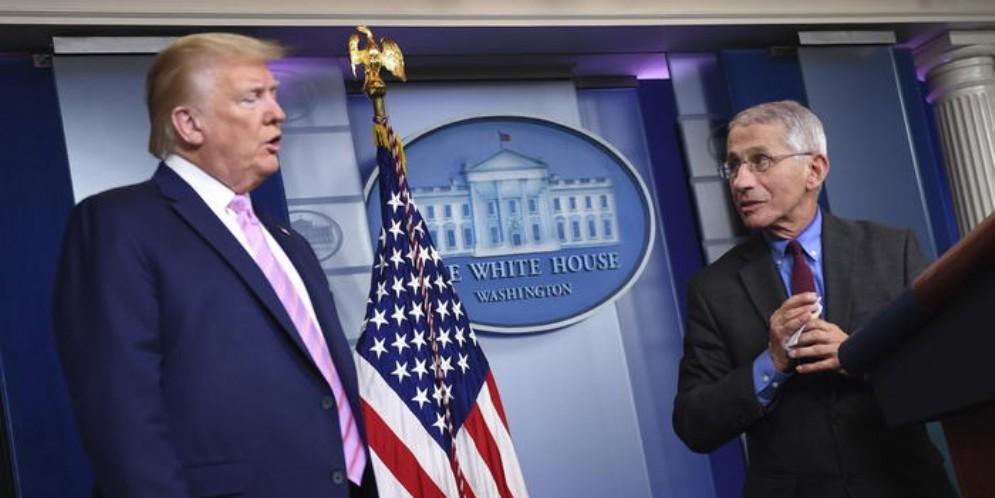 Il Presidente americano, Donald Trump con l'esperto Anthony Fauci